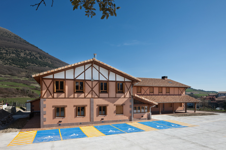 Albergue sostenible y accesible – Gure Sustraiak en Ollo (Navarra)