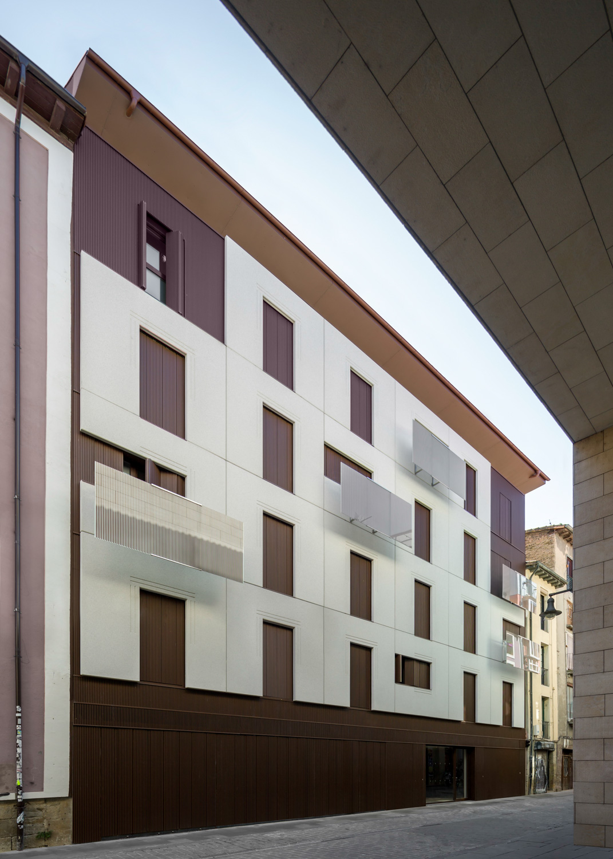 Edificio 18 viviendas, garajes, trasteros y locales C/ Descalzos 47-53 de Pamplona (Navarra)